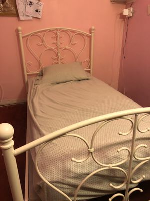 White Metal twin bed frame for Sale in Azusa, CA