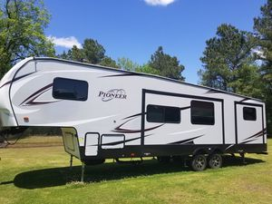 2018 pioneer 39ft. Sleeps 11 bunkhouse master with queen bed with half bath in master and full bath at back for Sale in Greenville, NC