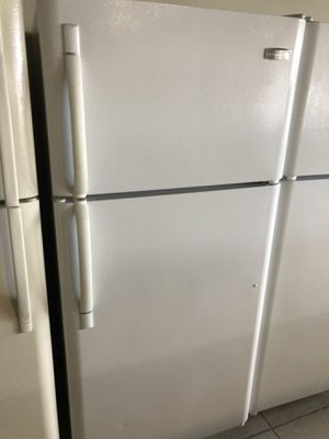 Fridge t/b Frigidaire with ice maker for Sale in Pompano Beach, FL