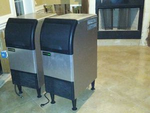 Under counter ice machine for Sale in Houston, TX