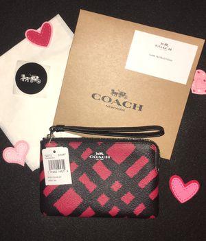 NWT COACH WILD PLAID RED BLACK CORNER ZIP WRISTLET. COMES WITH COACH BOX COACH TISSUE COACH STICKER for Sale in Miami, FL
