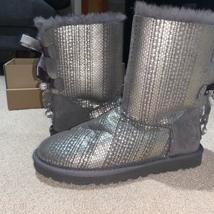 New women's grey and silver bailey bow ugh boots size 6 for Sale in Portland, OR