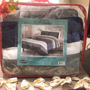 Queen 3 pc set warm blanket and 2 pillow cases for Sale in Garden Grove, CA