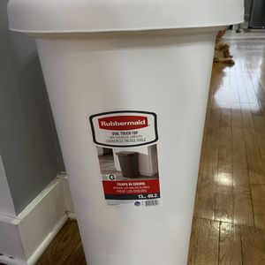 White Rubbermaid Teach Can Plastic for Sale in Chicago, IL