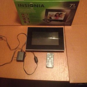 """Insignia 7"""" digital pic frame for Sale in Crownsville, MD"""