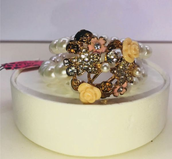 "Betsey Johnson ""FLIRTY 🌸 FLOWERS!"" Beautiful peach & pink flowers 3 strand Ed pearls stretchy slip on bracelet NEW!"