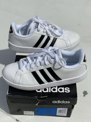 WOMENS ADIDAS TENNIS SHOES SIZE 8 for Sale in Los Angeles, CA