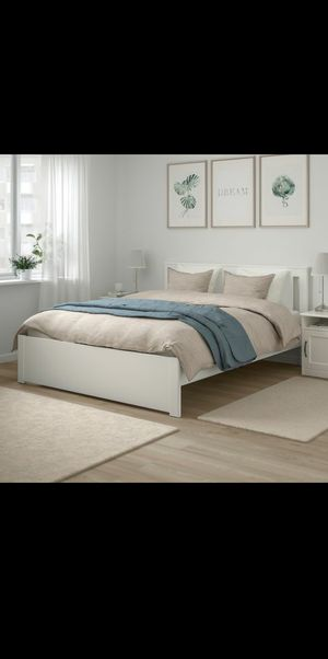 Queen sized bed frame (white) for Sale in Orlando, FL
