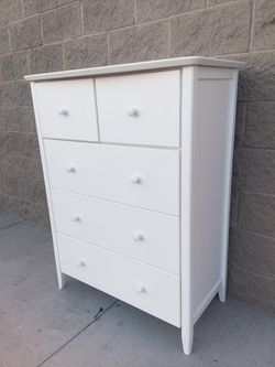 FIVE DRAWERS WOODEN DRESSER for Sale in Whittier,  CA