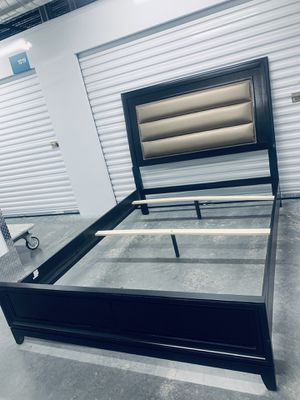 Modern queen size bed frame for Sale in Las Vegas, NV