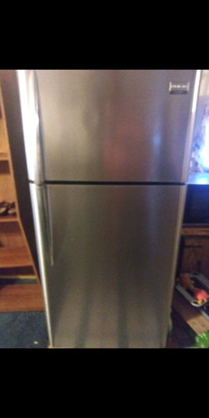 Frigidaire refrigerator top and bottom like new. It's in great shape outside is easy wipe clean. for Sale in Lake Wales, FL