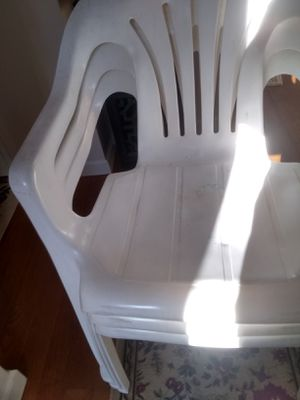 4 white plastic chairs for Sale in Harrisburg, PA