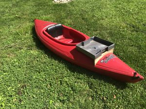 Red Kayak with 2 paddles and a camouflage life preserver for Sale in Brookeville, MD