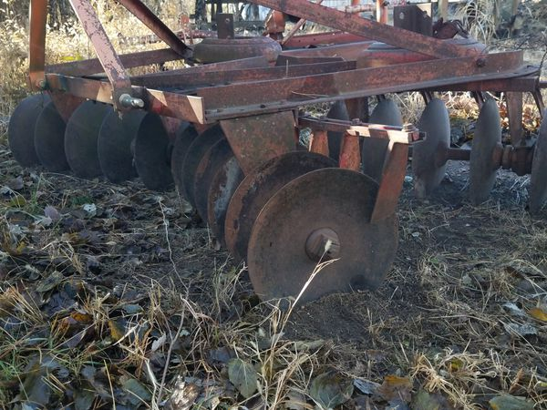 3 Hitch; 6 Disc freshly sharpened. Used only once since they were brought home. Rear Ford tractor tiller.