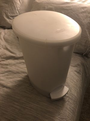 Small Trash Can (step opening and liner inside) for Sale in Gaithersburg, MD