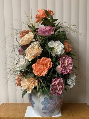 Beautiful silk flower arrangement..!!! for Sale in Monterey Park, CA