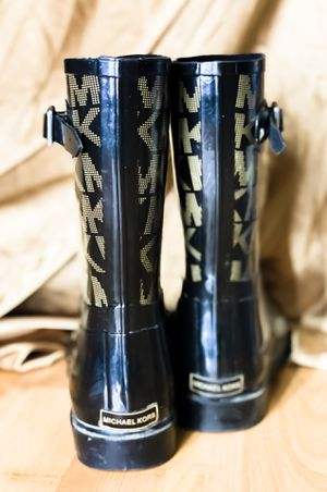 MICHEAL KORS BLACK AND GOLDISH - stylish rain-boots Size 9 for Sale in Wenatchee, WA