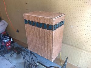 Wicker clothes hamper for Sale in Groveland, IL