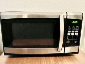 BLACK+DECKER EM925AZE-P 0.9 Cubic Foot 900 Watt Stainless Steel Microwave with Turntable for Sale in Los Angeles, CA