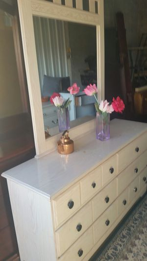 BEAUTIFUL CREAM DRESSER 6 BIG DRAWERS WITH BIG MIRROR ALL DRAWERS SLIDING SMOOTHLY for Sale in Fairfax, VA