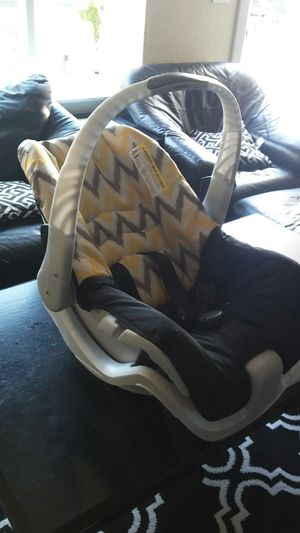 Infant car seat with base for Sale in Bonney Lake, WA