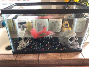 Fish tank with 2 fish for Sale in Bakersfield, CA