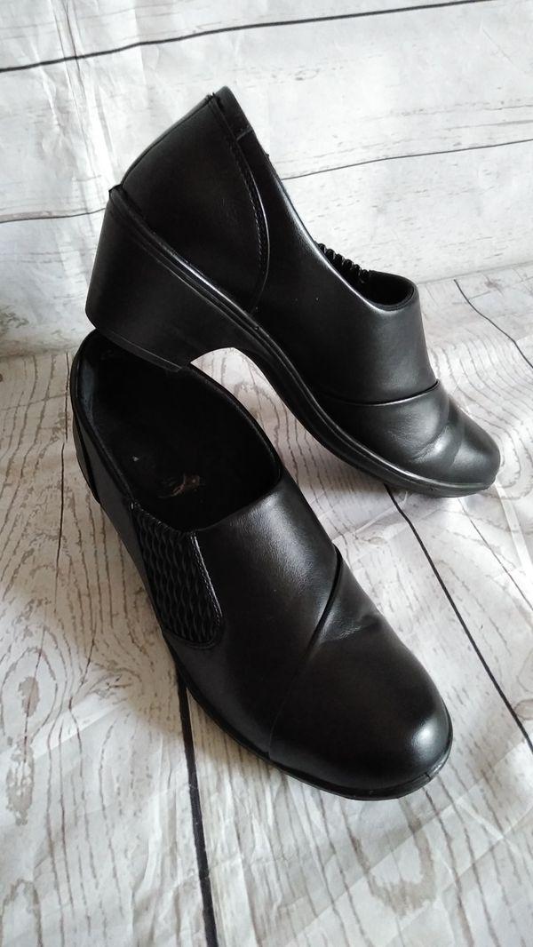 Beautiful Shoes , women's size 9M ( excellent condition )