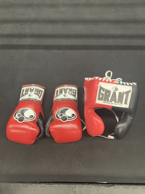 GRANT 10 oz boxing gloves and boxing headgear original for Sale in Los Angeles, CA