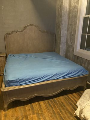 Bedroom set. Only 4 months old asking $2000 paid $5000 for it only 4 months old for Sale in Buffalo, NY