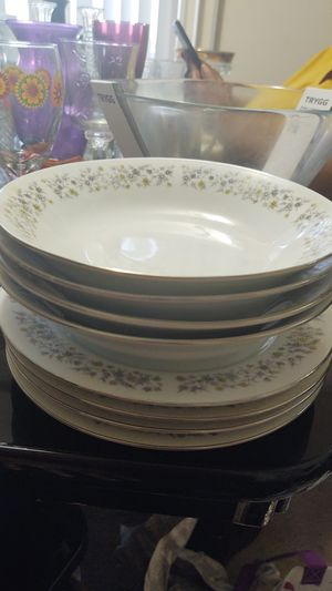 """Dynasty Fine China Elegance Pattern Rim Soup Bowl 8"""" and plates - Rare for Sale in Capitol Heights, MD"""
