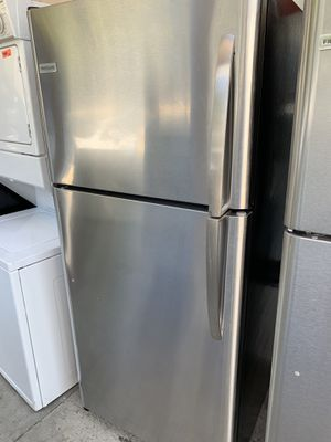 Frigidaire 18 cubic ft top freezer refrigerator for Sale in Corona, CA