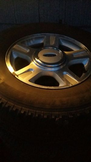 """2005 Ford 17"""" expedition rims and tires for Sale in Sterling Heights, MI"""