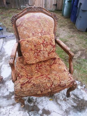 Vintage chair left front leg needs work for Sale in Fresno, CA