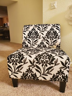 2 oversized chairs + coffee and 2 end tables for Sale in Turlock, CA