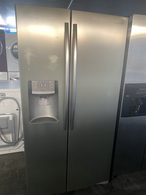 $549 Samsung stainless steel side-by-side refrigerator it does have a few flaws on the front of it includes delivery in the San Fernando Valley for Sale in Los Angeles, CA
