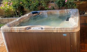 Cal Spa - Hot Tub - Jacuzzi for Sale in Alta Loma, CA