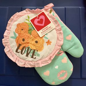 """NEW - """"Love"""" oven mitt set for Sale in Kissimmee, FL"""