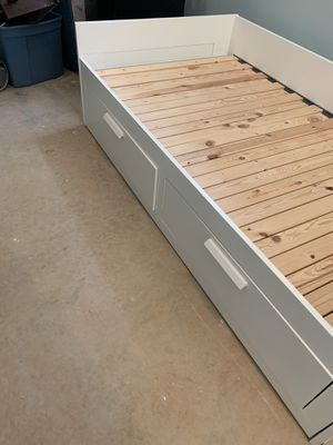 White Trundle Bed w/ two drawers for Sale in Nokesville, VA