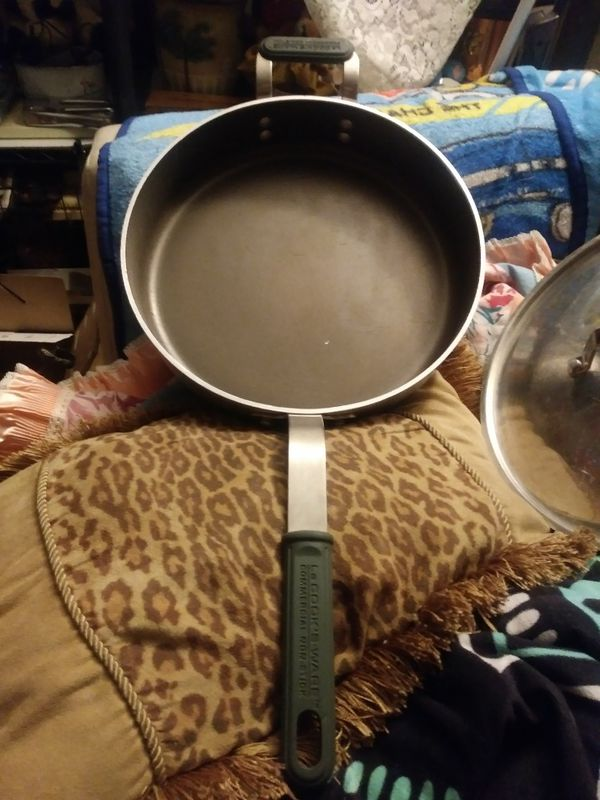 Le Cook's Commercial non-stick 12 in skillet with lid.