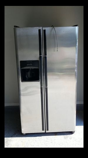 Frigidaire Refrigerator side by side for Sale in Dallas, TX