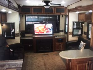 Travel trailer 4 slides out clean title for Sale in Montclair, CA