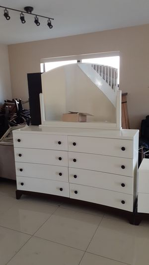Large Bureau and Dresser set in good condition for Sale in Miami, FL