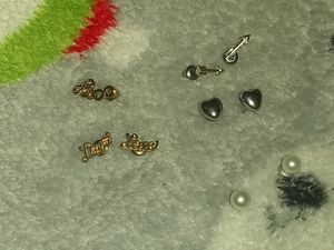 5 sets of earrings for Sale in Bloomer, WI