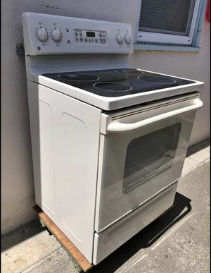 ELectric stove GE JBP66CH2CC for Sale in Hayward, CA