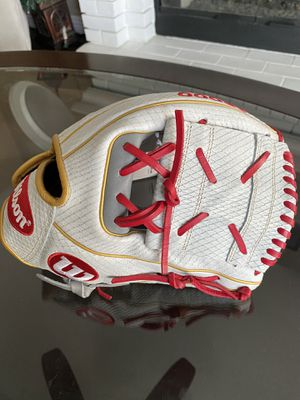 Wilson a 2000 Fastpitch softball glove make me an offer 12 inch for Sale in Chino, CA
