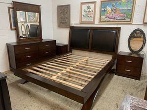 Platform queen size bedroom set all in like new condition! for Sale in Plantation, FL