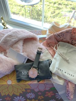 fabfit bundle watch, slippers, scarf for Sale in Gallatin,  TN