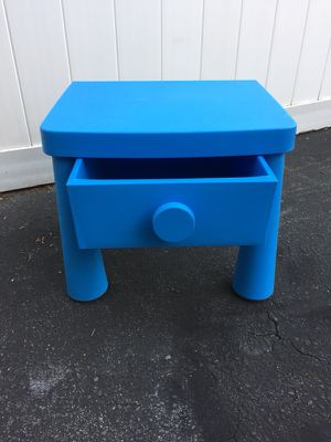 Small desk for kids for Sale in Everett, MA