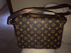 Very nice louis vittion messenger bag (authentic) for Sale in Issaquah, WA