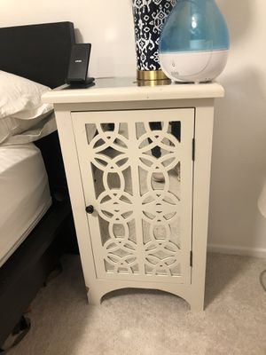 White mirrored night stand/ end table for Sale in Los Angeles, CA